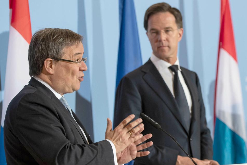 Armin Laschet (CDU, l-r), Ministerpräsident von Nordrhein-Westfalen, und Mark Rutte, Ministerpräsident der Niederlande. (Archivaufnahme)
