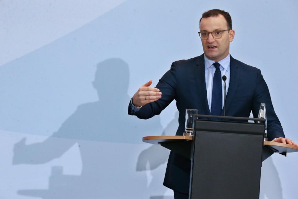 Jens Spahn fordert, dass notfalls auch infizierte Ärzte und Pfleger arbeiten sollen