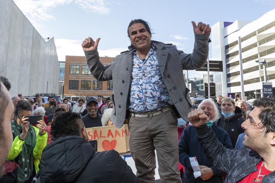 Der Überlebende Abdul Aziz Wahabzadah jubelt nach der Urteilsverkündung vor dem High Court.