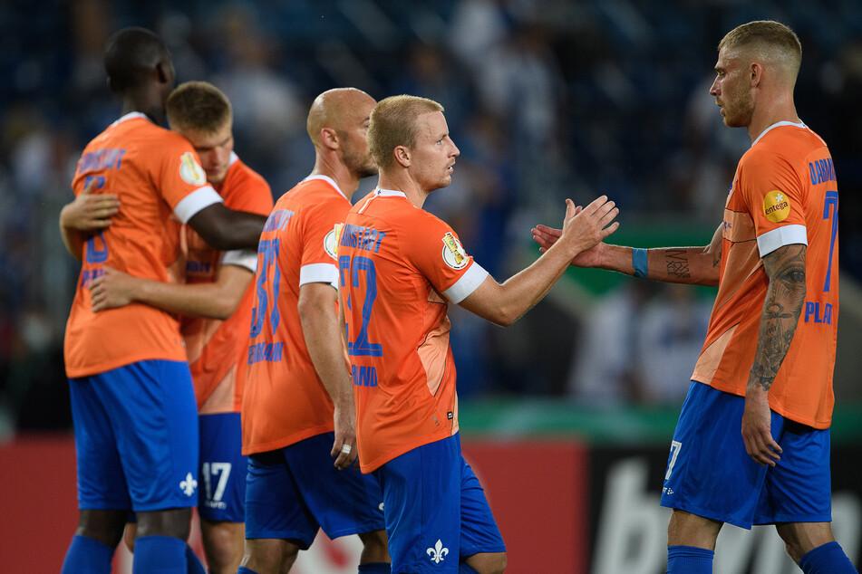 Darmstadts Felix Platte (r.) und Darmstadts Fabian Holland klatschen nach dem Weiterkommen im DFB-Pokal ab.