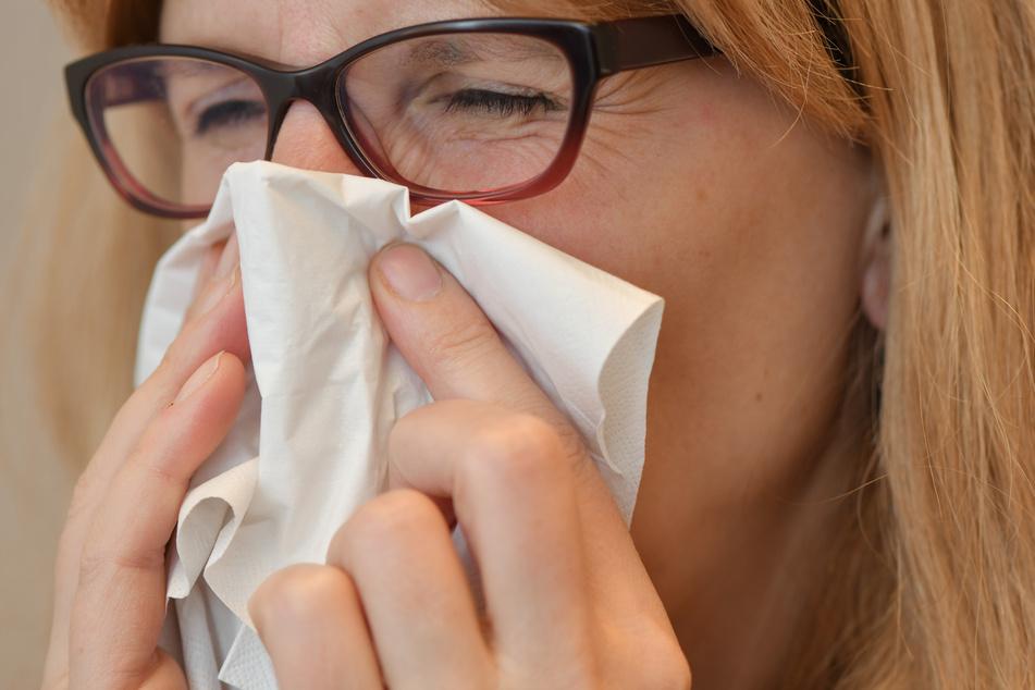"""TK-Chef Jens Baas sagte: """"Die Fehltage sind bei fast allen Diagnosen zurückgegangen, besonders bei den Erkältungskrankheiten."""" Die Grippewelle sei ausgeblieben. """"Es zeigt sich, dass die Abstands- und Hygieneregeln (...) auch die Verbreitung anderer Infektionserreger verhindern"""", sagte Baas."""