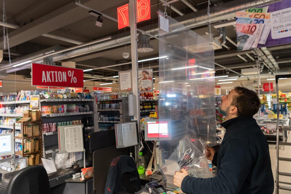 In einigen Supermärkten wurden wegen des Coronavirus bereits Schutzscheiben an der Kasse eingebaut.