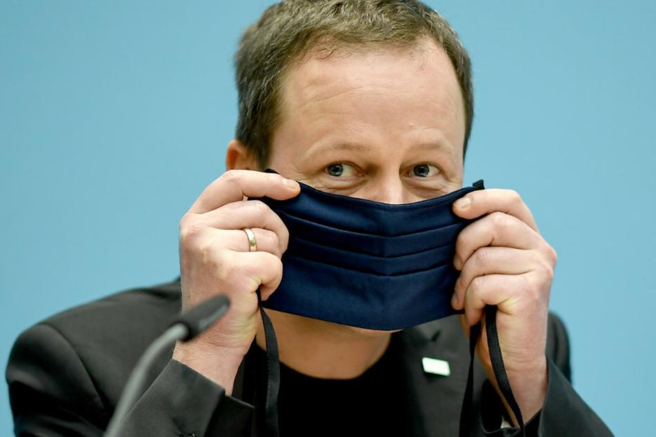 Klaus Lederer (Die Linke), Senator für Kultur und Europa des Landes Berlin, zeigt bei der Senats-Pk wie man einen Mund-Nasen-Schutz trägt. (Archivbild)