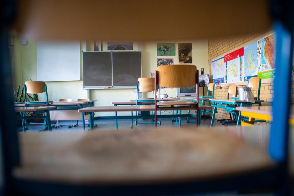 Stühle und Tische stehen in einem Klassenraum mit Abstand nebeneinander.