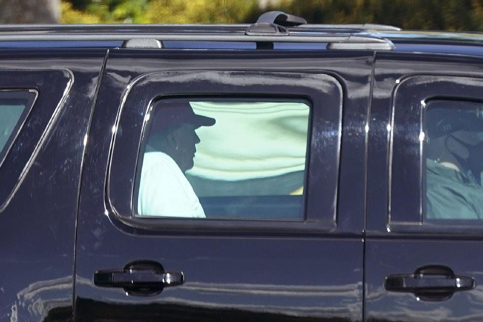 Trump fährt von seinem Golfplatz in Florida. Er hatte an den Feiertagen Golf gespielt und danach dem Paket zugestimmt.