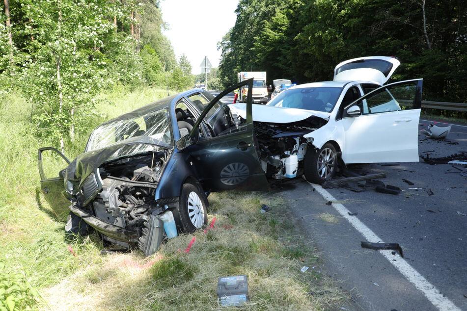 Beide Unfallautos erlitten schwere Schäden.