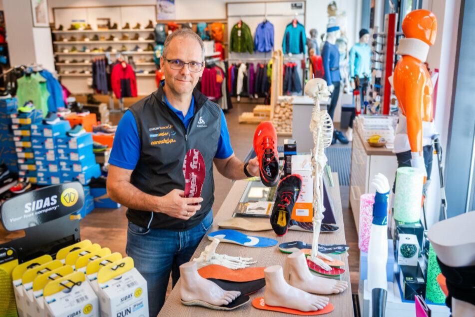 Er kann heute öffnen: Matthias Wolf (56) von Sportswear Wolf am Düsseldorfer Platz.