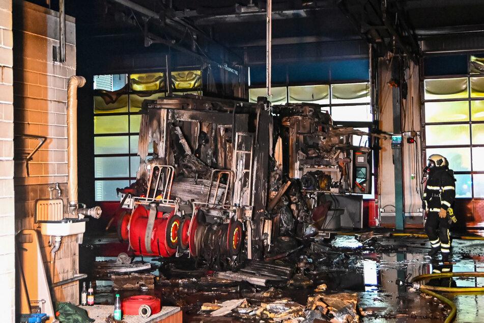 Auch mehrere Fahrzeuge wurden bei dem Brand zerstört.