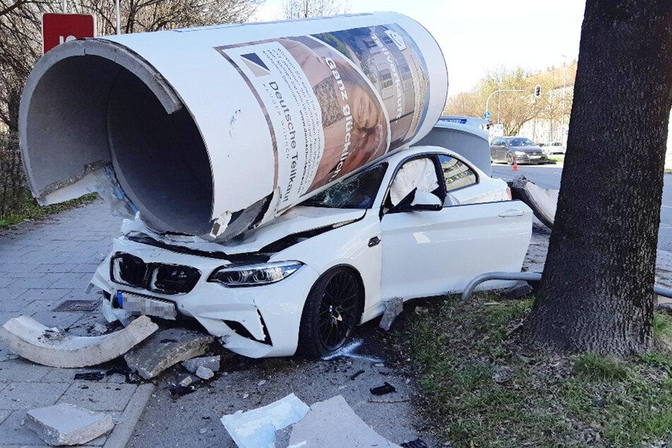 Es sind Bilder, die man so nicht alle Tage zu sehen bekommt: In München ist es am Sonntag zu einem spektakulären Unfall gekommen.