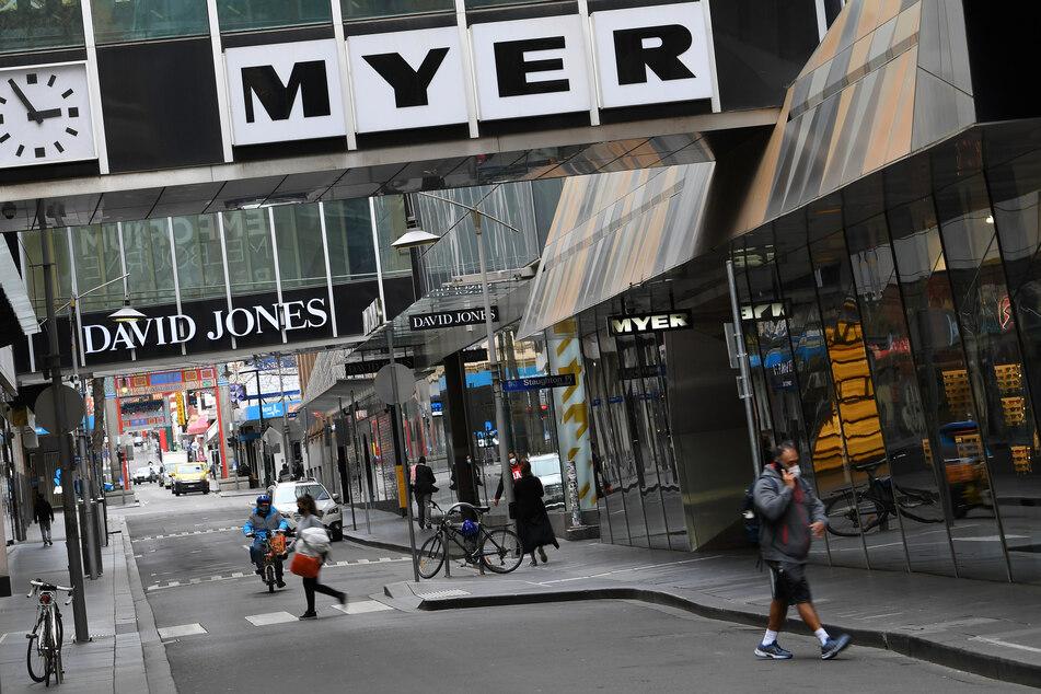 Die Schriftzüge von David Jones und Myer sind auf einer Geschäftsstraße in Melbourne zu sehen.