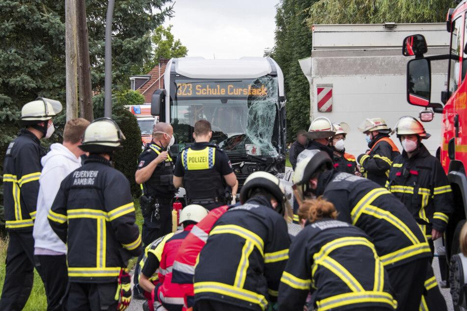 Etliche Feuerwehrleute kümmerten sich an der Unfallstelle um die Kinder.