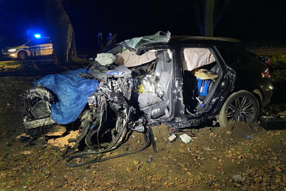 Tödlicher Crash: Porsche-SUV überschlägt sich und bleibt zerstört im Feld liegen