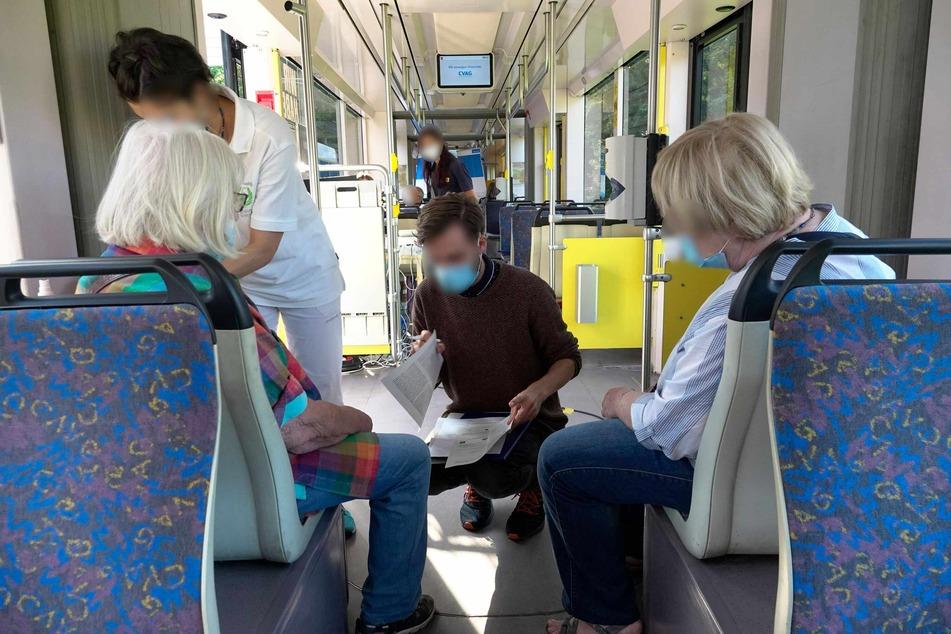 In der CVAG-Impf-Straßenbahn gibt's die Corona-Spritze ohne Termin. Etliche Chemnitzer nahmen das Angebot bereits am Freitagvormittag wahr.