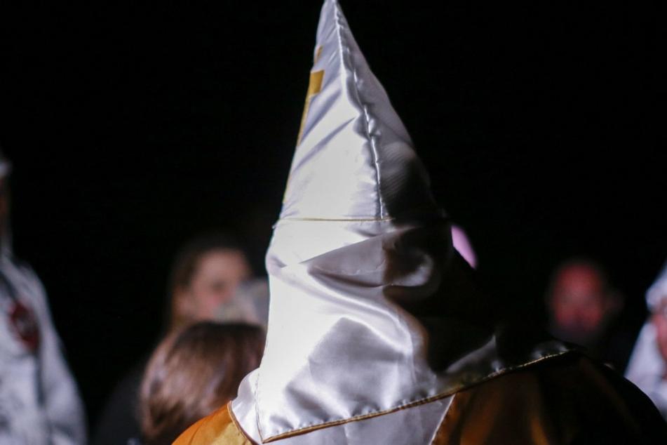 Ein mit einer Ku-Klux-Klan-Haube verkleideter Unbekannter hatte am Freitag in Seehausen mit einer Softair-Waffe in eine Gruppe von Demonstranten geschossen. (Symbolbild)