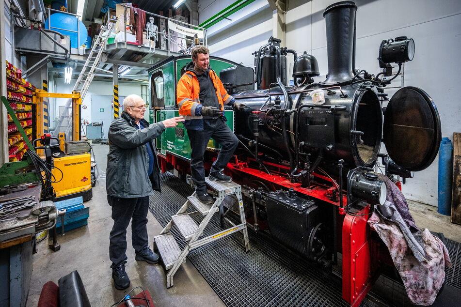 Matthias Dietel (65, v.l.) und Tim Zolkos (41) werkeln im Bahnbetriebswerk an der Dampflokomotive Typ Riesa von Hersteller Henschel aus dem Jahr 1948.
