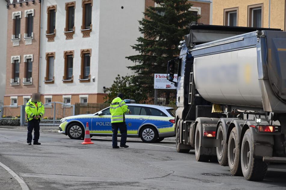Kein Durchkommen mehr: Die Polizei riegelt die Einsiedler Hauptstraße, nahe der Brauerei, ab.