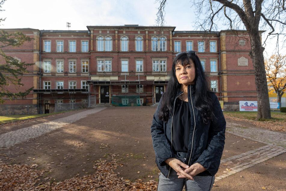 Die Schule Altchemnitz ist seit Jahren Dauerbaustelle. CDU-Stadträtin Ines Saborowski (53) freut sich, dass nun endlich saniert werden soll.