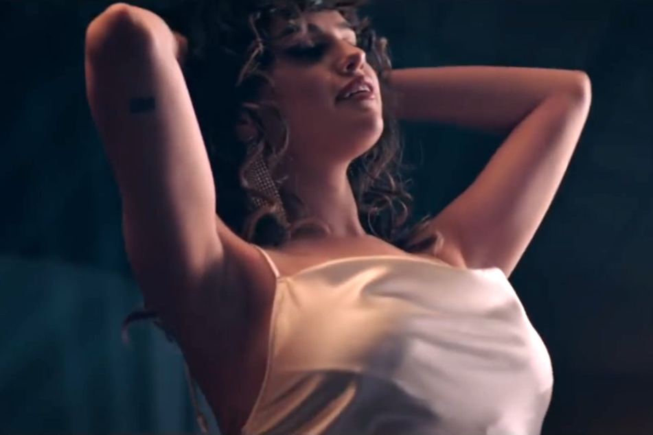 """Tanzen mit Style und einem Schuss Erotik: Selena Gomez in ihrem neuen Video zum Song """"Dance Again""""."""