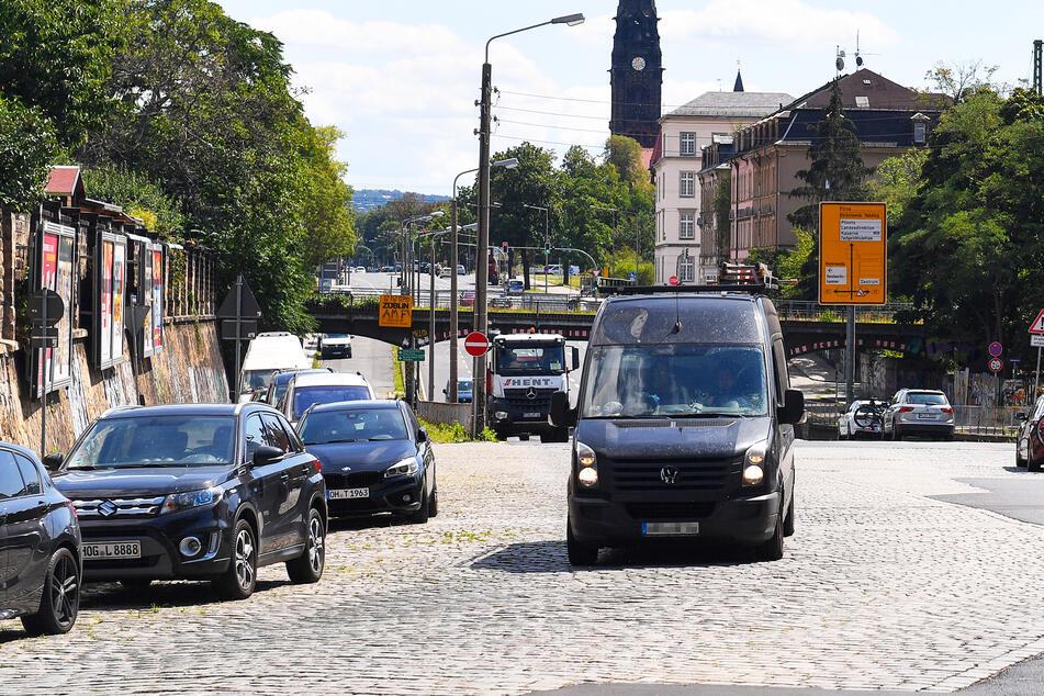 Ein grauer Transporter fährt über die Stauffenbergallee (Symbolbild).