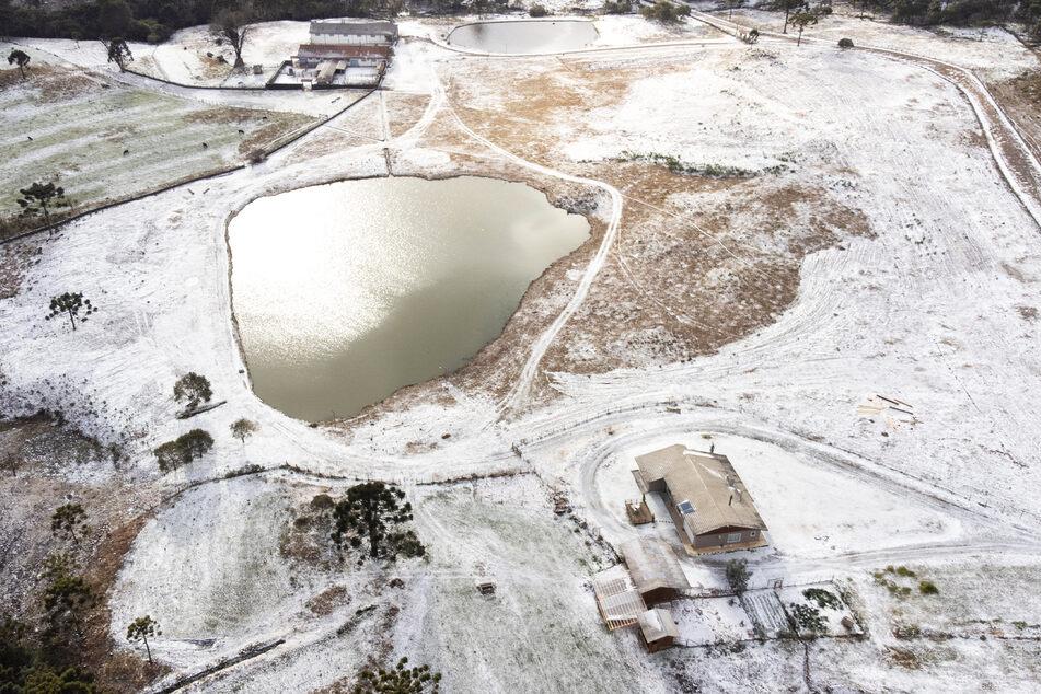 Schnee liegt über der Wiese, nachdem es aufgrund einer Kaltfront in mehr als zehn Städten im Süden Brasiliens geschneit hat.