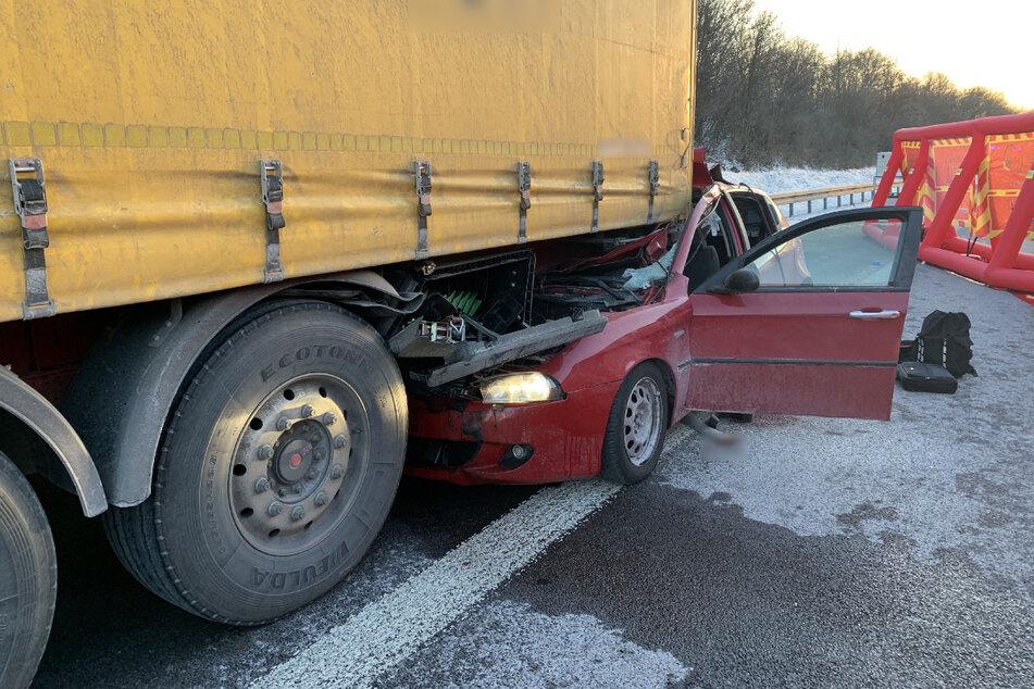 Der Fahrer des Kleinwagens war in einen Sattelzug gekracht.