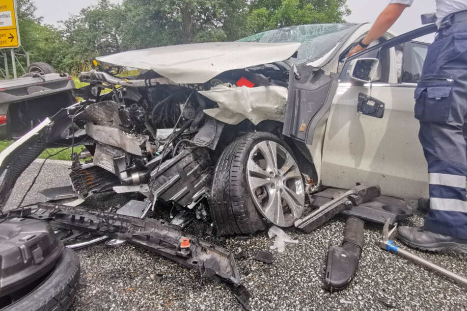 Schwerer Unfall: Autos krachen frontal zusammen, eines überschlägt sich