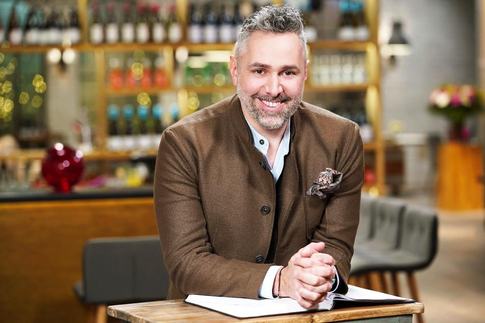 """TV-Koch Roland Trettl empfängt die Gäste der Datingshow in seinem """"Restaurant""""."""