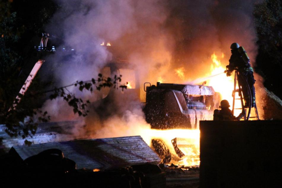 Wegen eines in Flammen stehenden Baggers musste die Feuerwehr in Anger-Crottendorf in der Nacht zu Freitag anrücken.