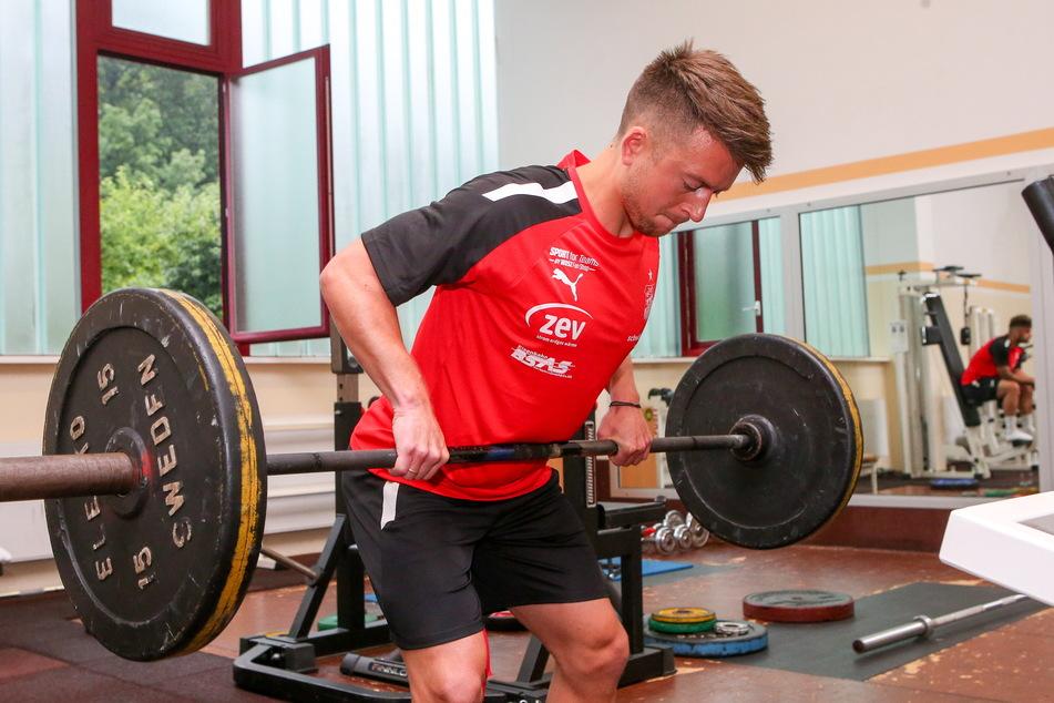 Hoch das Ding! Rechtsaußen Patrick Göbel (27) macht sich stark.