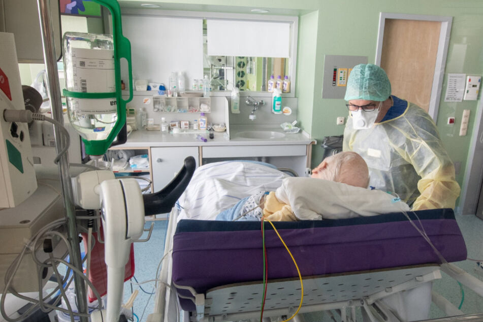 Ein Corona-Patient wird auf einer Isolierstation behandelt.