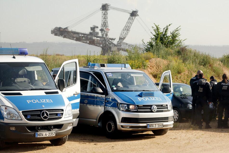 Die Polizei vor dem Tagebau Hambach.