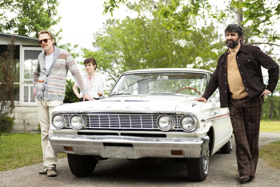 Von links nach rechts: Frank (Paul Bettany), Beth (Sophia Lillis) und Wally (Peter Macdissi) unterstützen einander.