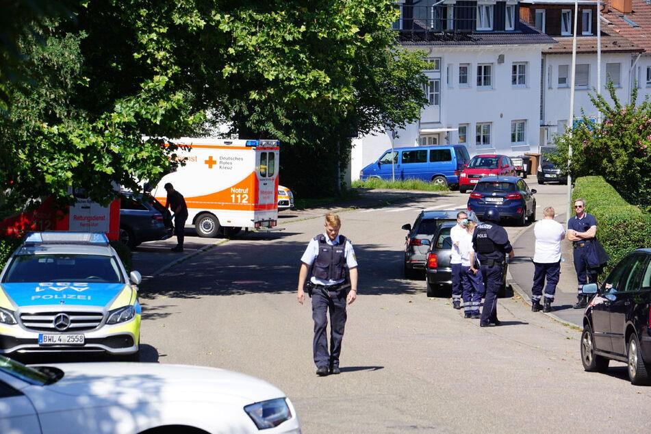 Allmersbach, 21. Juni 2020: Polizisten in der Nähe eines Tatortes. Eine 41-jährige Frau und ihre neunjährige Tochter waren in ihrer Wohnung tot aufgefunden worden.