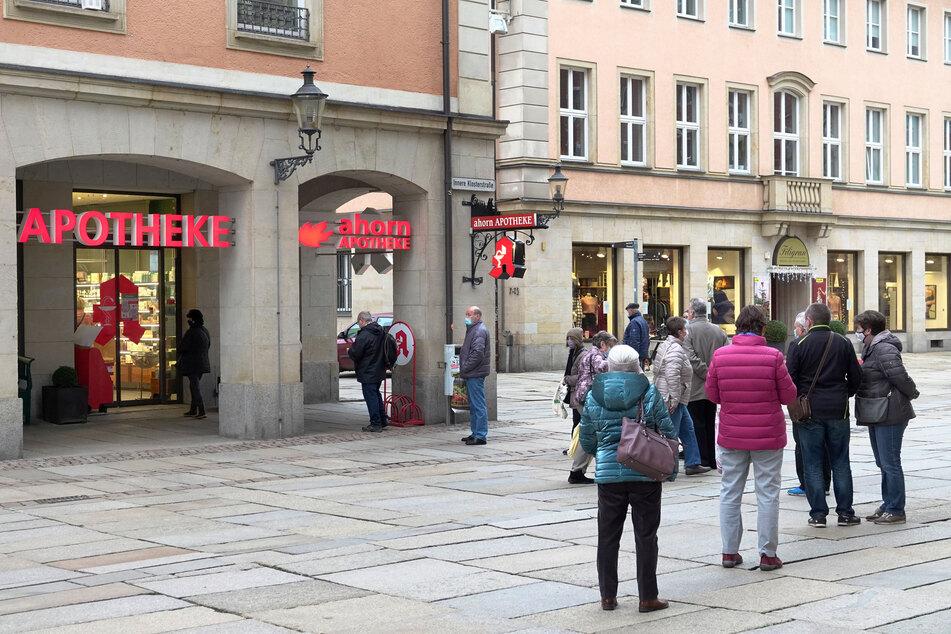 An der Ahorn-Apotheke in der Chemnitzer Innenstadt stand am Dienstagmorgen eine lange Schlange.