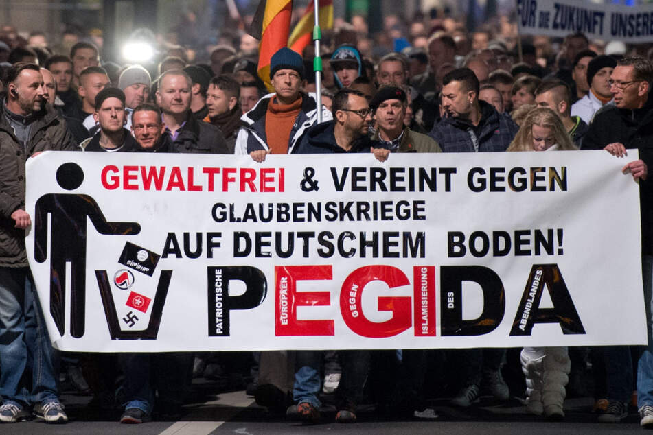 """Teilnehmer einer Demonstration unter dem Motto """"Patriotische Europäer gegen die Islamisierung des Abendlandes"""" im November 2014 in Dresden."""