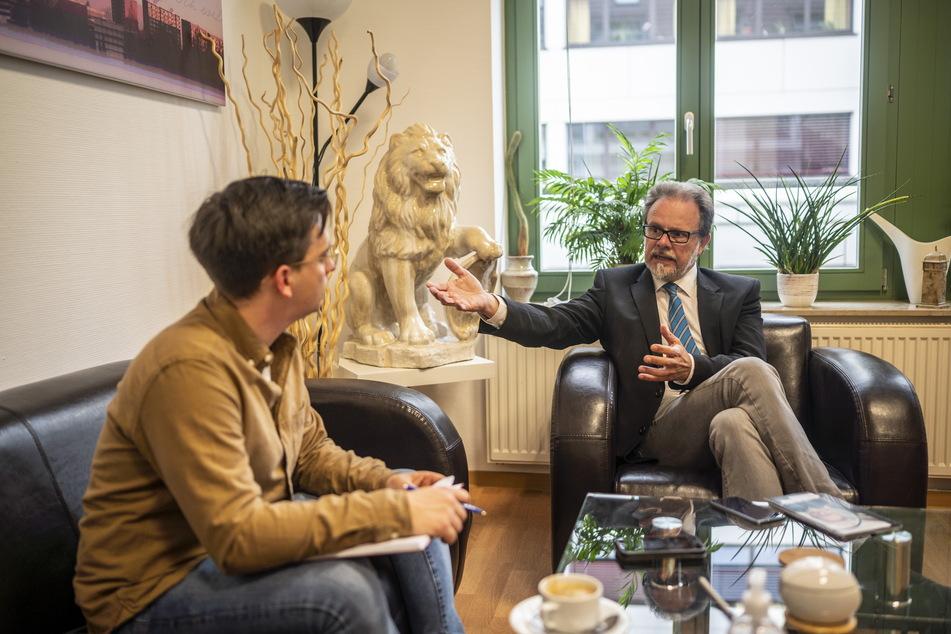 TAG24 Redakteur Gabriel Schwab (l.) im Gespräch mit CDU-Bundestagskandidat Frank Heinrich.