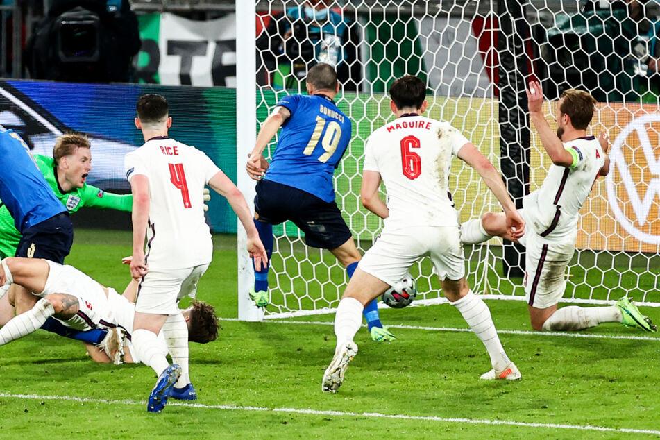 Leonardo Bonucci (3.v.r.) schaltet am schnellsten und trifft aus Nahdistanz zum 1:1 für Italien.