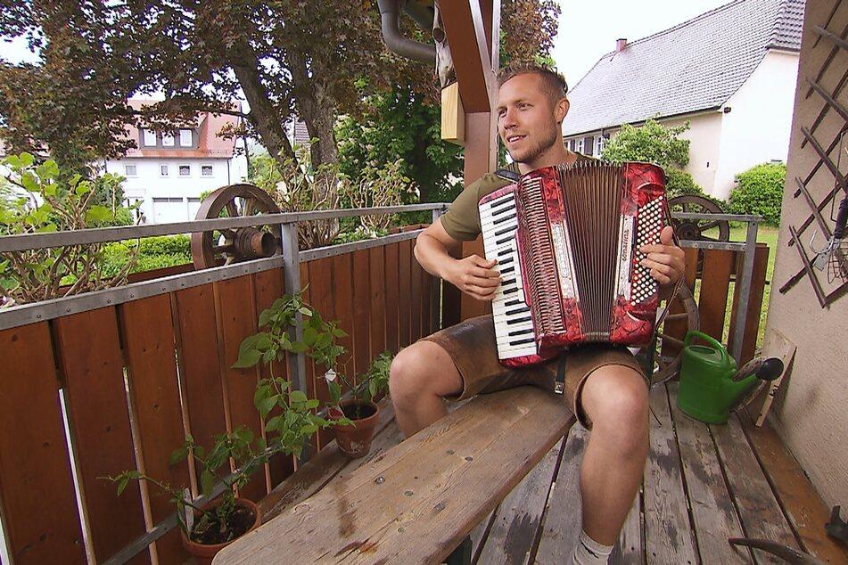 Rinderzüchter Patrick (24) spielt nicht nur gern Akkordeon...