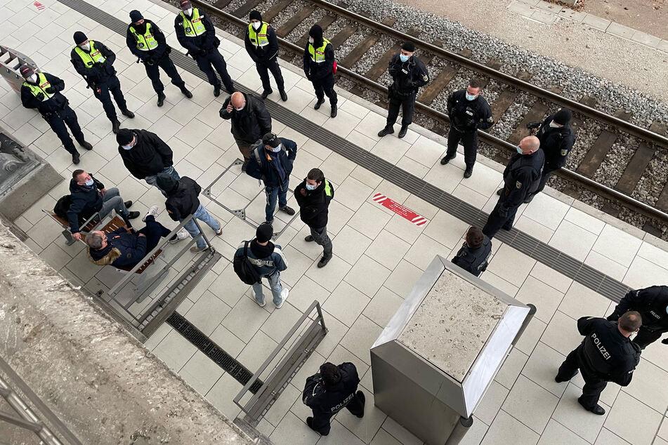 Die Bundespolizei unterstützt das Versammlungsgeschehen in Dresden. Am Hauptbahnhof werden Hooligans gestoppt.
