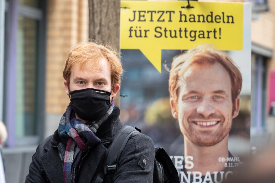 Maskiert: Hannes Rockenbauch vor seinem Wahlplakat.