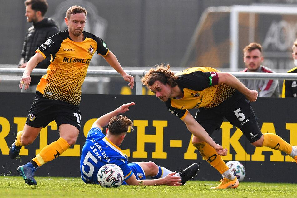 Den ersten Zweikampf gewonnen, den Blick auf den Ball gerichtet: Chris Löwe (links) setzte sich gegen den Jenenser Maximilian Osterhelweg durch. Es war Löwes erstes Spiel seit dem 20. Oktober.