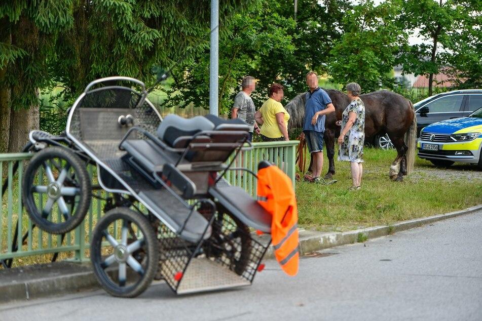 Sowohl der Kutscher als auch das Pferd kamen mit leichten Verletzungen davon. Anwohner kümmerten sich um das aufgeregte Tier.