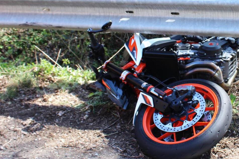 Die Polizei vermutet, dass der 23-jährige Biker mit seiner Maschine zu schnell in einer Rechtskurve fuhr.