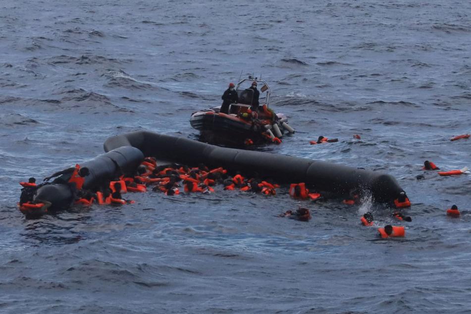 Libysche Flüchtlinge werden von Mitgliedern der spanischen Hilfsorganisation Open Arms nach einem Bootsunglück gerettet.