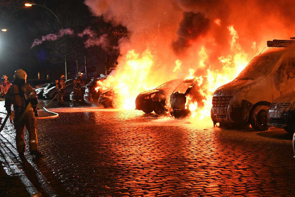 Die Feuerwehr war mit 22 Einsatzkräften vor Ort, um die Brände zu löschen.