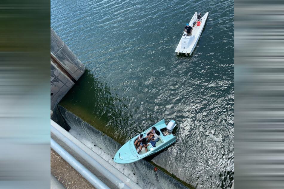 Das war wirklich extrem knapp: Das Boot hing direkt über dem Abgrund.