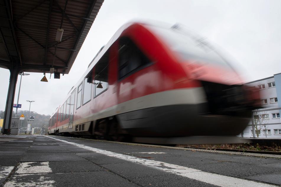 Kleinkind (1) wird von Regionalbahn erfasst und stirbt