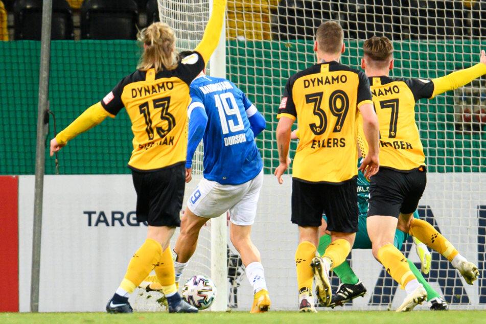 Darmstadts Serdar Dursun (2.v.l) erzielt gegen Dynamos Marvin Stefaniak (l-r), Kevin Ehlers, Torwart Kevin Broll und Maximilian Großer das Tor zum 0:3.