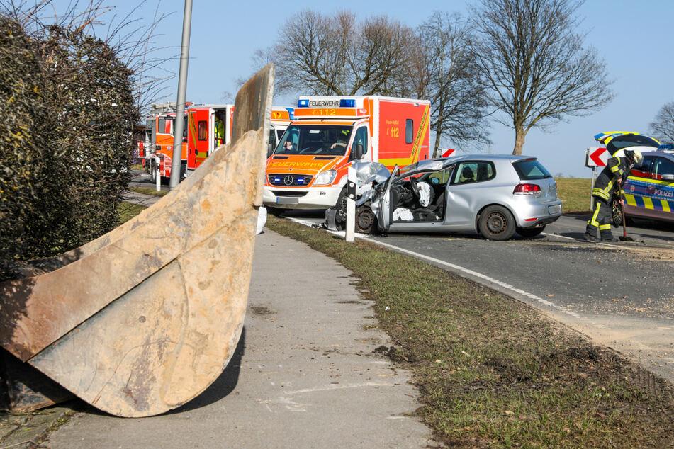 Die Schaufel ist in einer Kurve vom Lkw gefallen und hat ein entgegenkommendes Auto getroffen.