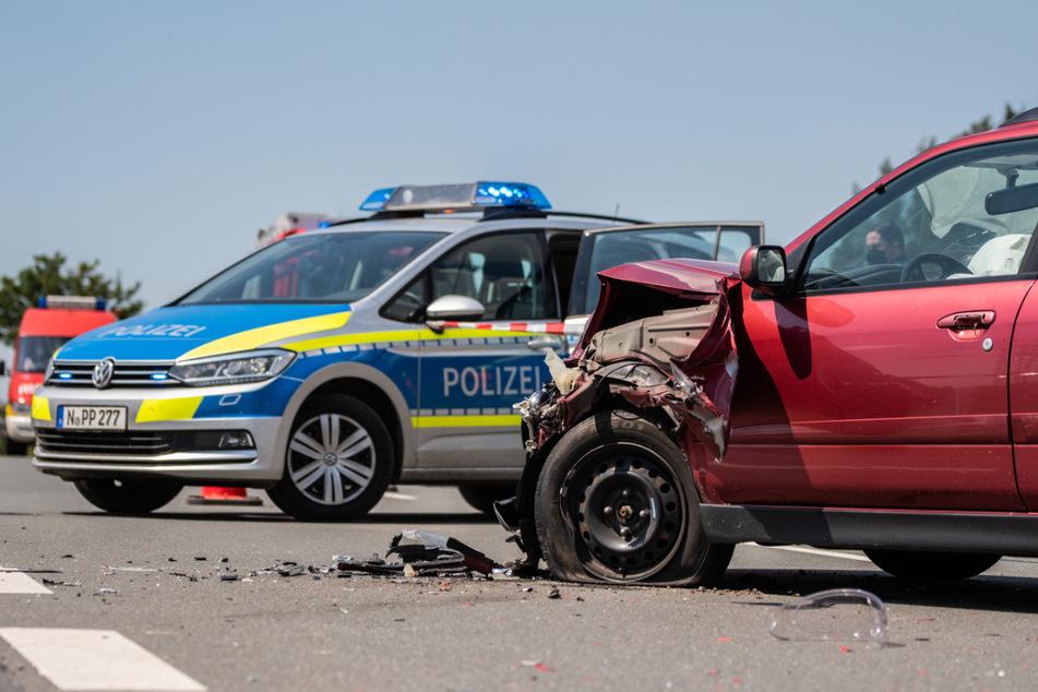 Die Front des Autos wurde durch den Aufprall stark deformiert.